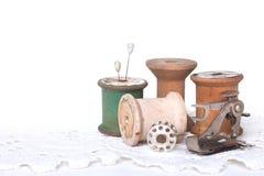 Het naaien en het Watteren Draad op Wit Stock Foto