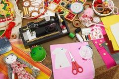 Het naaien heeft de toebehoren hoogste mening, naaisterswerkplaats, velen voor handwerk, borduurwerk bezwaar, met de hand gemaakt royalty-vrije stock afbeeldingen