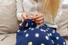 Het naaien op bergkristallen stock afbeelding