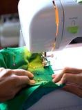 Het naaien op een moderne machine Stock Foto's
