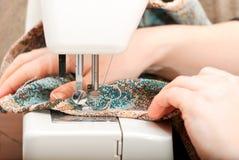 Het naaien op een naaimachine Stock Afbeeldingen