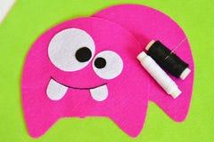Het naaien reeks voor roze gevoeld monster - hoe te om tot monster met de hand gemaakt stuk speelgoed te maken Royalty-vrije Stock Foto