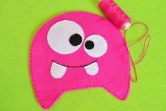 Het naaien reeks voor roze gevoeld monster - hoe te om tot monster met de hand gemaakt stuk speelgoed te maken Royalty-vrije Stock Afbeeldingen