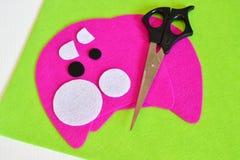 Het naaien reeks voor roze gevoeld monster - hoe te om tot monster met de hand gemaakt stuk speelgoed te maken Stock Afbeelding