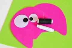 Het naaien reeks voor roze gevoeld monster - hoe te om tot monster met de hand gemaakt stuk speelgoed te maken Stock Foto