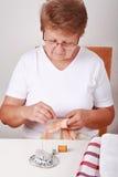 Het naaien van de bejaarde royalty-vrije stock afbeelding