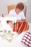 Het naaien van de bejaarde stock foto