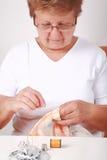 Het naaien van de bejaarde stock afbeeldingen