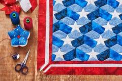 Het naaien van dekbed met gestileerde elementen van Amerikaanse vlag royalty-vrije stock foto