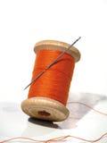 Het naaien van spoel met een naald. Een naaiende naald. Stock Foto