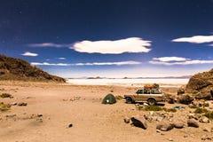 Het nachtkamp speelt de zoute woestijn Bolivië van Salar De Uyuni mee Royalty-vrije Stock Foto