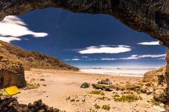 Het nachtkamp speelt de zoute woestijn Bolivië van Salar De Uyuni mee Royalty-vrije Stock Afbeelding