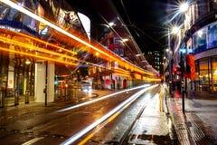 Het nachtleven in het centrum van Birmingham, het UK Donkere zwarte hemel stock fotografie