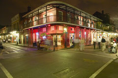 Het nachtleven met lichten op Bourbonstraat in Frans Kwart New Orleans, Louisiane Royalty-vrije Stock Afbeelding