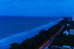 Het nachtstrand en de blauwe hemel bij mooi het zijn rayong stock afbeelding