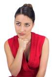 Het nadenkende gebonden haired donkerbruine stellen Stock Foto