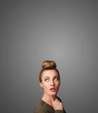 Het nadenkende jonge vrouw gesturing met exemplaarruimte royalty-vrije stock afbeelding