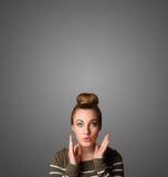 Het nadenkende jonge vrouw gesturing met exemplaarruimte royalty-vrije stock afbeeldingen