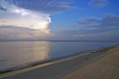 Het naderbij komen onweer bij zonsopgang Royalty-vrije Stock Foto