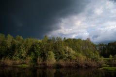 Het naderbij komen Onweer op de Rivier Royalty-vrije Stock Fotografie