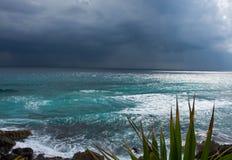 Het naderbij komen onweersbui op oostelijke kust van Cozumel, Mexico Stock Foto's