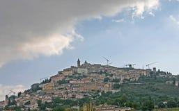 Het naderbij komen Trevi, Italië, tijdens een de Zomervakantie Stock Foto