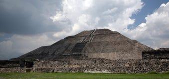 Het Naderbij komen van de piramide w Onweer Stock Foto