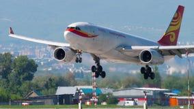 Het naderbij komen van Hong Kong Airlines Cargo Airbus A330 stock video