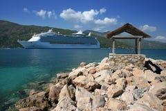 Het Naderbij komende Land van het Schip van de cruise Royalty-vrije Stock Foto