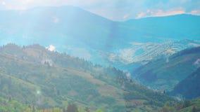 Het naderbij komende landschap van de kaderberg met flarden van zonlicht in de camera en de mist stock footage