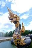 Het Nagastandbeeld, de Koning van het dier van het nagasserpent in Boeddhistische legende en de blauwe hemel betrekken op achterg stock afbeeldingen