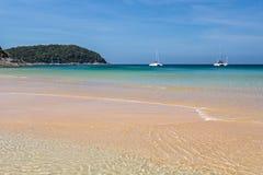 Het Nai Harn-strand in Phuket-eiland stock foto's
