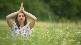 Het Namasteteken na diepe meditatie, jonge vrouwenzitting met ogen sloot oneness stock videobeelden