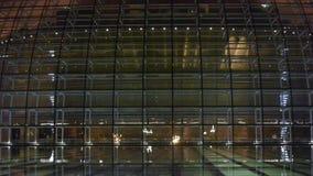 Het Nationale Grote Theater van Peking China in bezinning in meerwater bij avondnacht stock footage