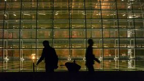 Het Nationale Grote Theater van Peking China bij nacht, het silhouet van de lopende mensen stock footage