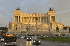 Het nationale Monument aan Victor Emmanuel II iluminated door zonsondergang Stock Afbeelding
