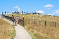 Het Nationale Monument van het Little Bighornslagveld, MONTANA, de V.S. - 18 JULI, 2017: De toeristen die Little Bighorn bezoeken royalty-vrije stock foto's