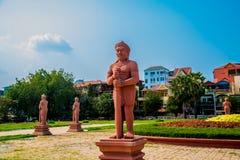 Het Nationale Museum van Kambodja (Sala Rachana) en beeldhouwwerk Phnom Penh Stock Foto's