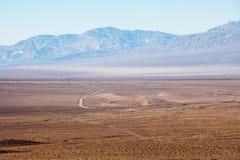 Het nationale park van de doodsvallei, Californië, de V Weg van de landschaps de lange woestijn Royalty-vrije Stock Foto's