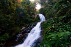 Het Nationale Park van Doiinthanon in Thailand Mooie waterval in het Nationale Park Mooiste Park in dichtbijgelegen van Chiang Ma stock afbeelding