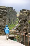 Turists in nationaal park Pingvellir Stock Foto