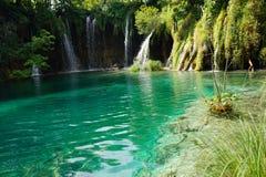 Het Nationale Park van Plitvicemeren in Kroatië met verscheidene kleine watervallen stock afbeelding