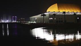 Het Nationale Theater van Bahrein en Manama-Stadshorizon bij nacht stock video