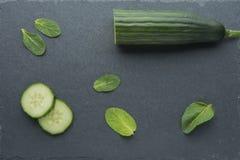 Het natuurlijke ingrediënt voor skincare, schrobt of smoothy met komkommer, avocado en munt stock foto's