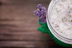 Het natuurlijke lavendel en kokosnotenlichaam schrobt Stock Fotografie