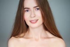 Het natuurlijke lichte dichte omhooggaande schoonheidsportret van mooie blonde vrouw met blauwe ogen snakt haar naakte schouders  stock foto