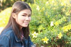 Het natuurlijke milieu van portretvrouwen Royalty-vrije Stock Fotografie