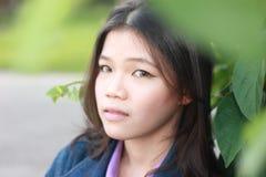 Het natuurlijke milieu van portretvrouwen Stock Foto