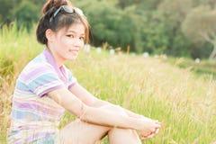 Het natuurlijke milieu van portretvrouwen Stock Afbeelding