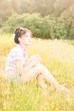 Het natuurlijke milieu van portretvrouwen Stock Afbeeldingen